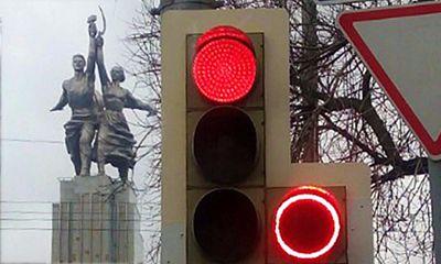 Светофоры нового типа на перекрестках Москвы: с красным сигналом поворотной секции